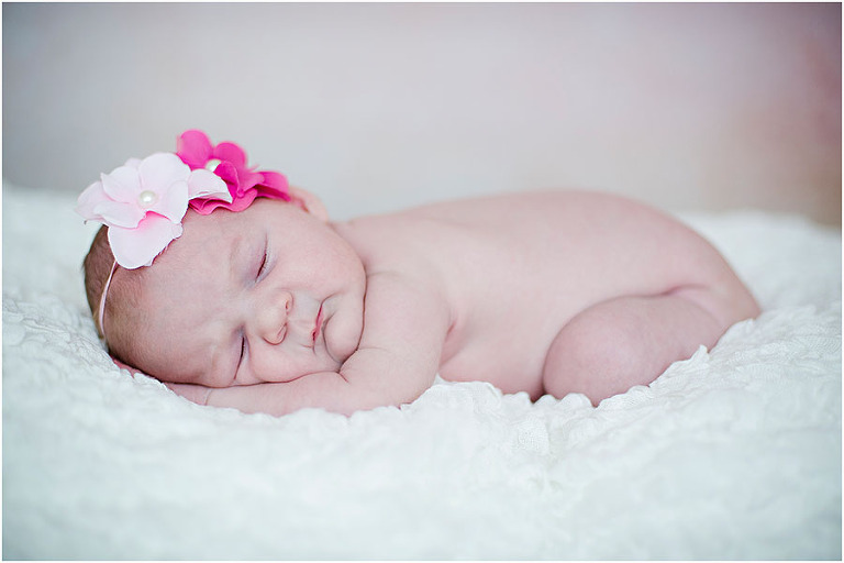 Nyfödd foto av 12 dagars bebis is studio hos Lindholm Photography av barnfotograf Terri Lindholm