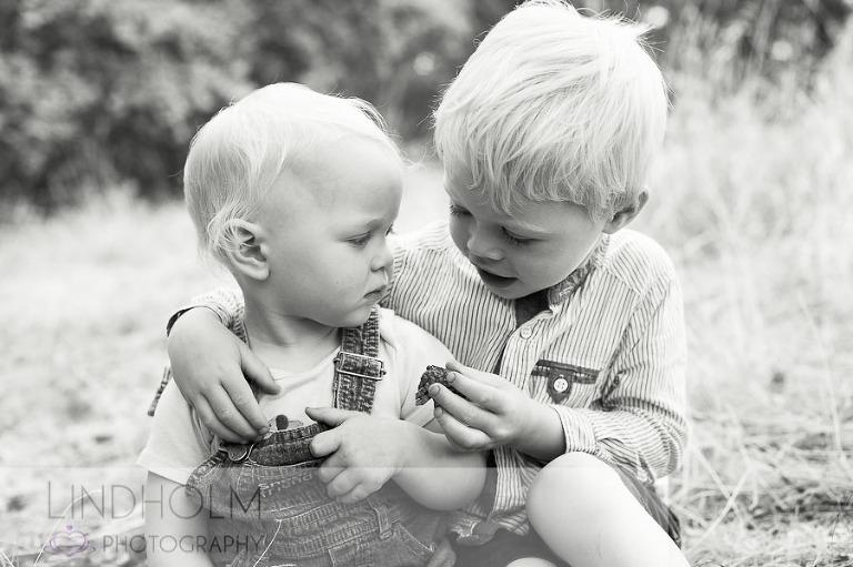 utomhus barnfotografering stockholm, syskonbild, fotograf stockholm, fotograf tullinge, fotograf huddinge