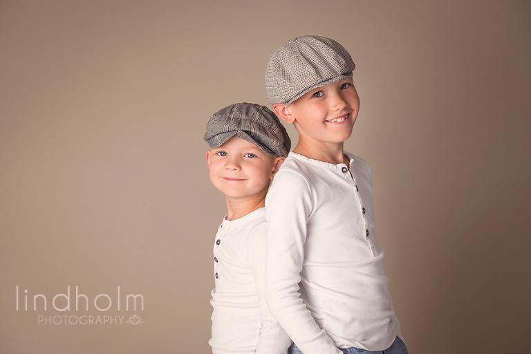 syskonfoto och barnfotografering i studio i tullinge, stockholm.