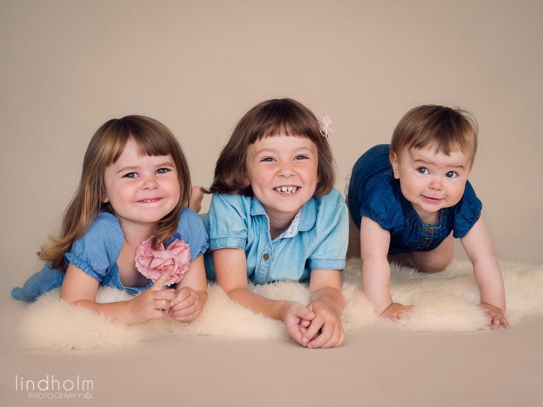 syskonfoto med 3 tjejer, syskonfotografering i studio, barnfotografering, barnfoto, fotograf stockholm