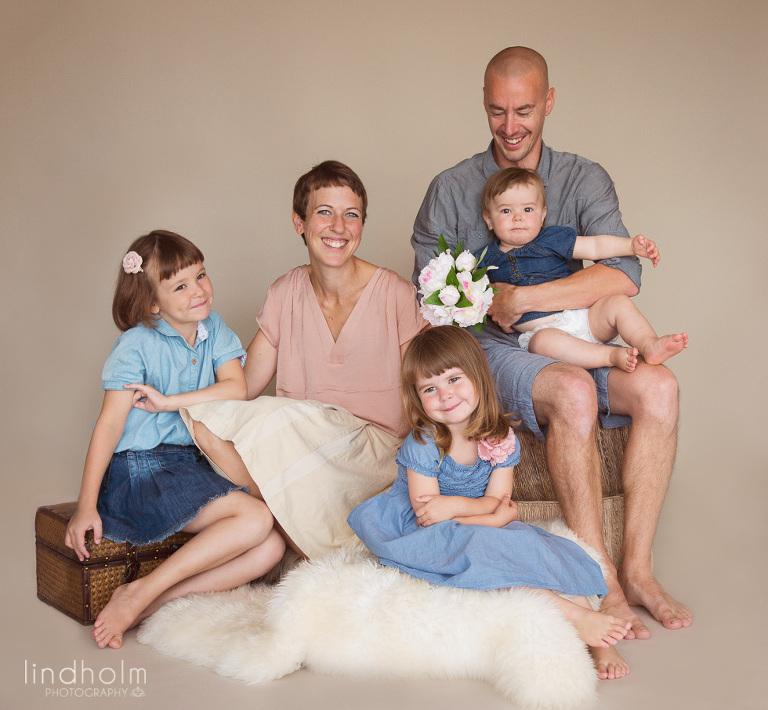 familjefoto i studio, syskonfotografering i studio, barnfotografering, barnfoto, fotograf stockholm