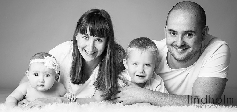 familjefoto i svart vit i studio