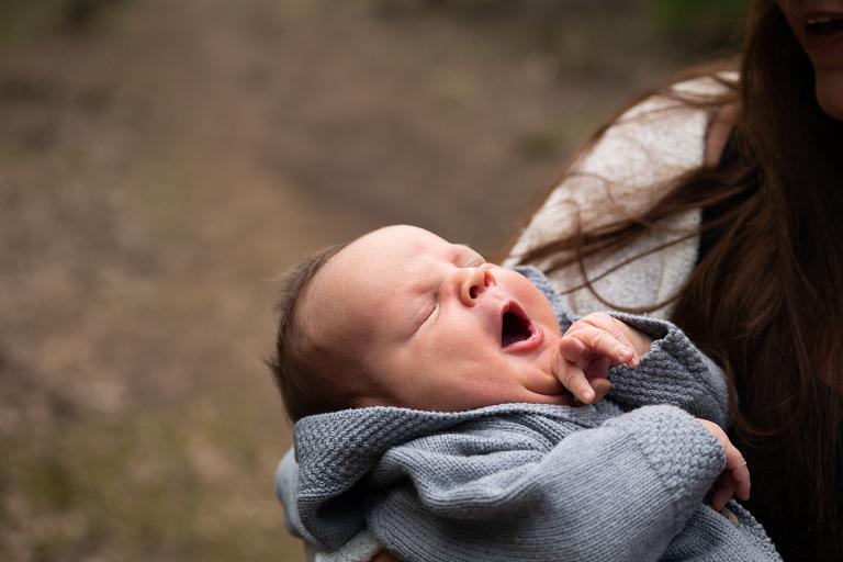 familjefotografering utomhus, nyföddbaby utomhus, nyföddfotografering, familjefoto