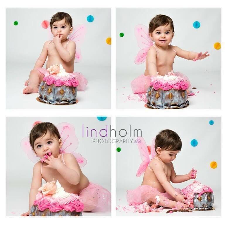 1-årsfoto, bebisfoto stockholm, huddinge, tullinge. 1 årig bebis äta tårta för första gången.