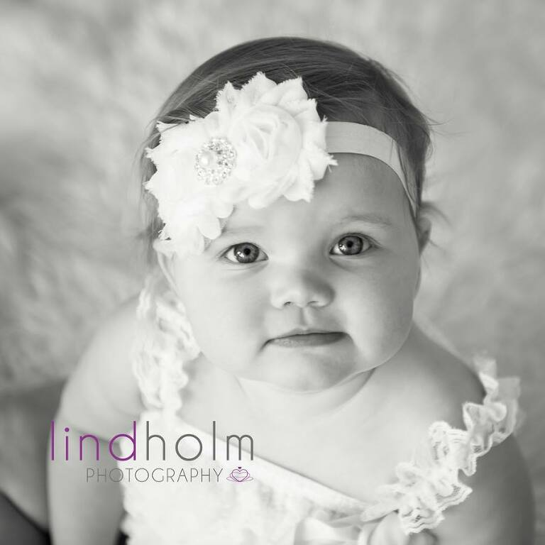 svart-vit bebis porträttbild, bebisfoto i studio, fotograf stockholm, barnfoto stockholm, tullinge, huddinge