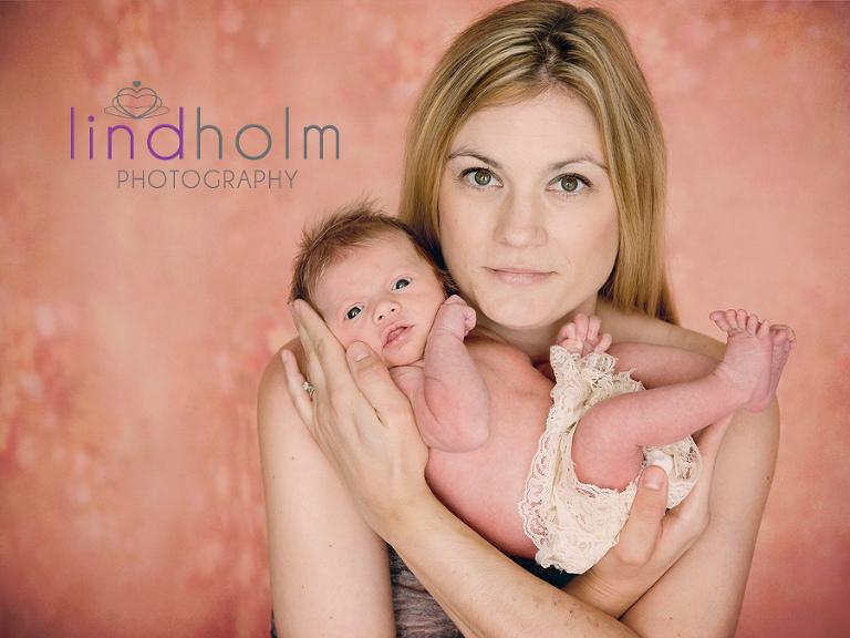 nyföddfotografering med en 6 dagars bebis, nyfödd porträtt med sin mamma i studio i Tullinge, Stockholm.