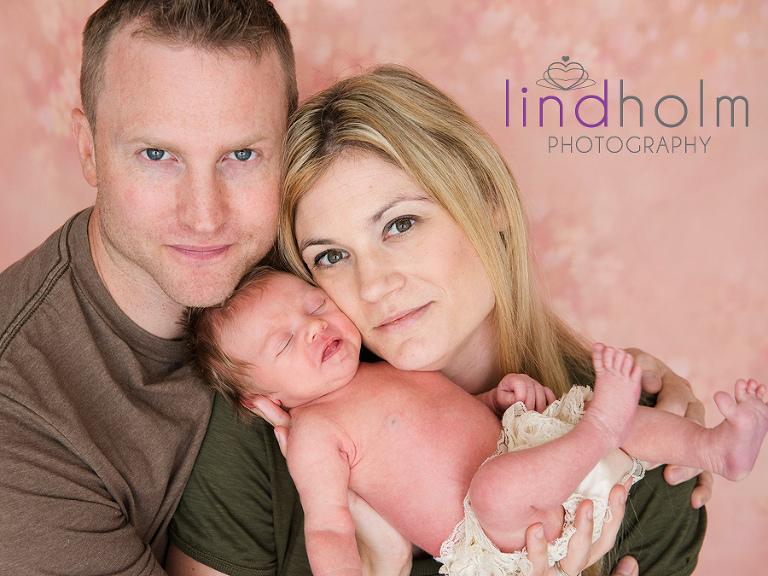 nyföddfotografering med en 6 dagars bebis, nyfödd familjeporträtt i studio i Tullinge, Stockholm.