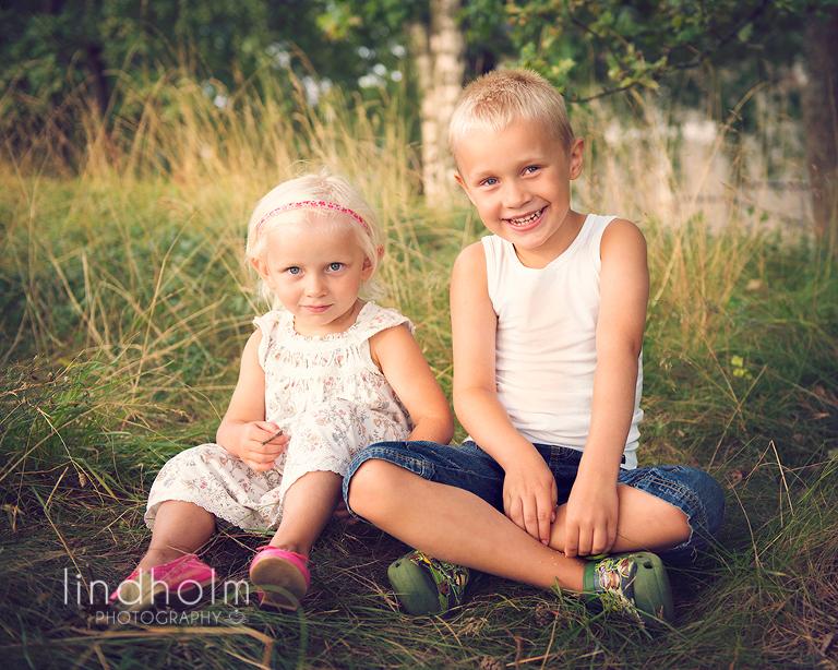 syskonfoto, barnfotografering utomhus, barnfoto stockholm