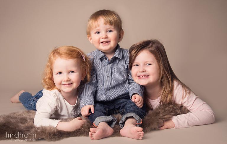 3-barns syskon , barnfotografering stockholm, tullinge huddinge, lindholm photography