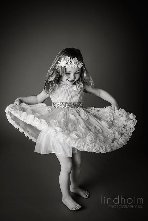 barnfoto klassiskt svart-vit, barnfotograf stockholm - tullinge, fotograf studio barnfoto, lindholm photography, SM-foto