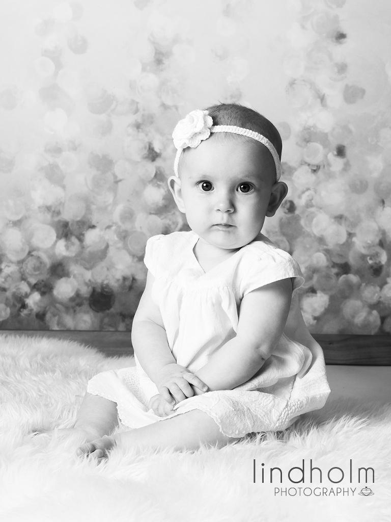 babyfoto klassiskt svart-vit, barnfotograf stockholm - tullinge, fotograf studio barnfoto, lindholm photography, SM-foto
