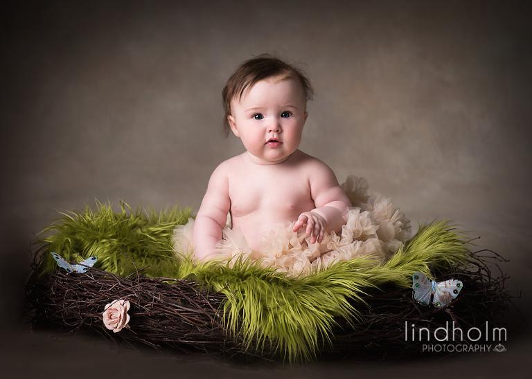 stockholm fotograf ta underbar bebisfoto i fotostudion i tullinge.