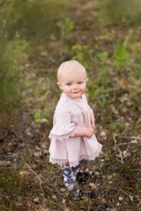 1-årsfoto utomhus,tjej i skog, flicka titta upp, 1-årsfotografering, barnfotografering utomhus