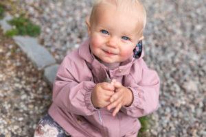 1-årsfoto utomhus, flicka titta upp, 1-årsfotografering, barnfotografering utomhus