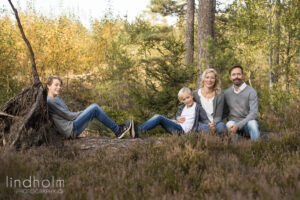 utomshufoto i skog, kvällssol, barnfotografering utomhus. familjefotografering