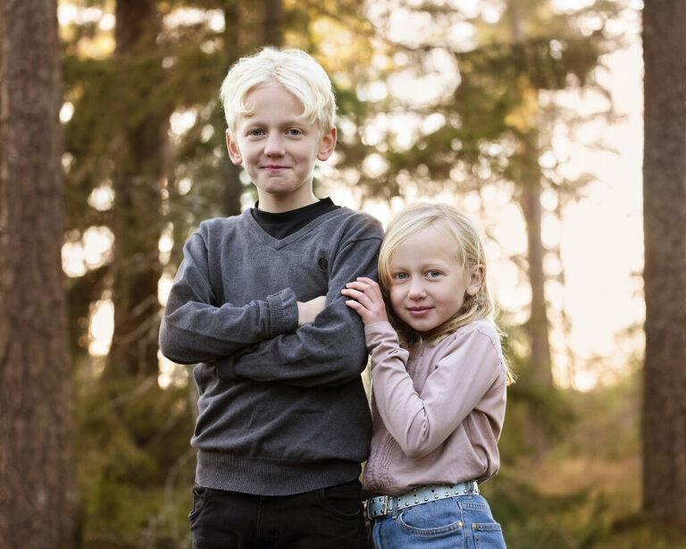 utomshufoto i skog, kvällssol, syskonfotografering utomhus