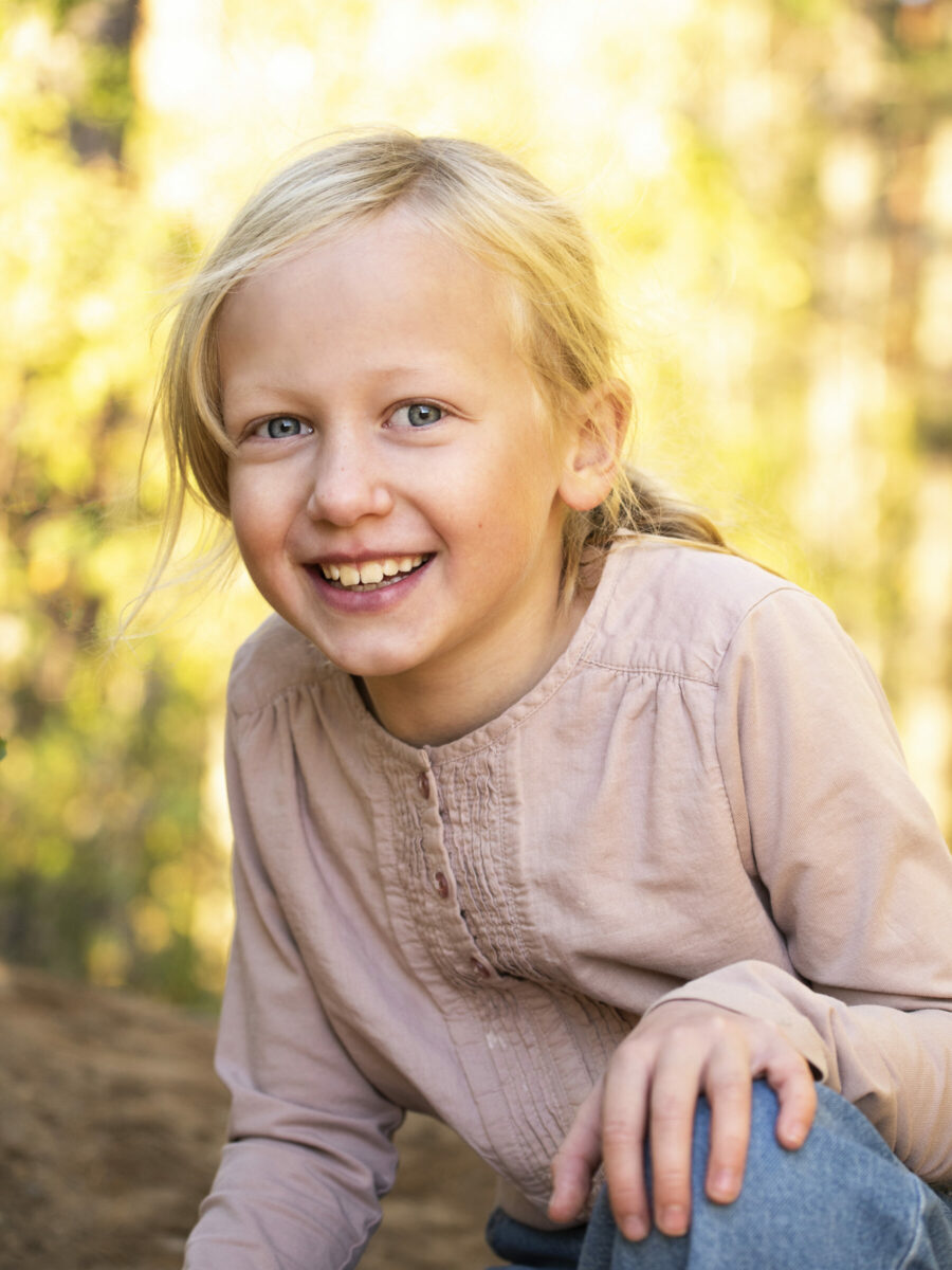 utomshufoto i skog, kvällssol, barnfotografering utomhus